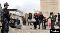 21일 이라크 모술 주민들이 정부 군과 ISIL의 교전을 피해 마을을 떠나고 있다.