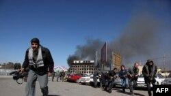 (ارشیف) افغانستان کې افغان خبریالان د مرګ د ګواښنونو په ګډون د تاوتریخوالي د بیلابیلو ډولو سره مخ دي