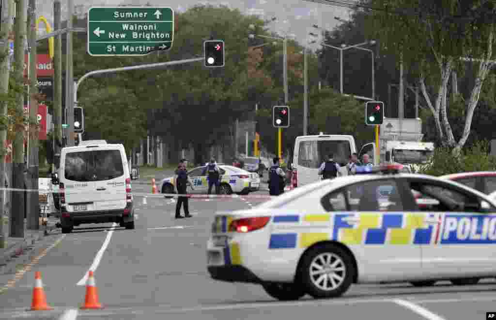 Polisi wakilinda eneo la msikiti baada ya tukio la mauaji huko Linwood, Christchurch, New Zealand, March 15, 2019.