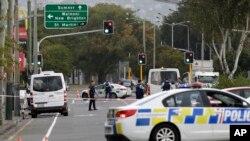 La police contrôle l'accès de l'une mosquée de Linwood, à Christchurch, en Nouvelle-Zélande, le vendredi 15 mars 2019. (AP Photo/Mark Baker)