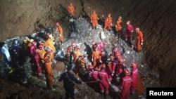 Tim SAR berkerumun di lokasi ditemukannya penyintas, Tian Zeming (19 tahun) di bawah reruntuhan gedung yang robot akibat tanah longsor di Shenzhen, provinsi Guangdong (23/12).