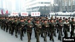 朝中社发布的照片显示朝鲜学生在游行中举行战歌演唱比赛