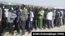 103 immigrés orpailleurs tchadien arrêtés en Algérie accueillis à l'aéroport international Hassan Djoumouss de NDjamena au Tchad par le ministre tchadien de la justice.