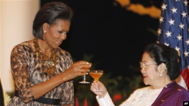 FILE - Michelle Obama (l) toasts former Indonesian President Megawati Sukarnoputri, during a state dinner at the Istana Negara in Jakarta, Nov. 9, 2010.