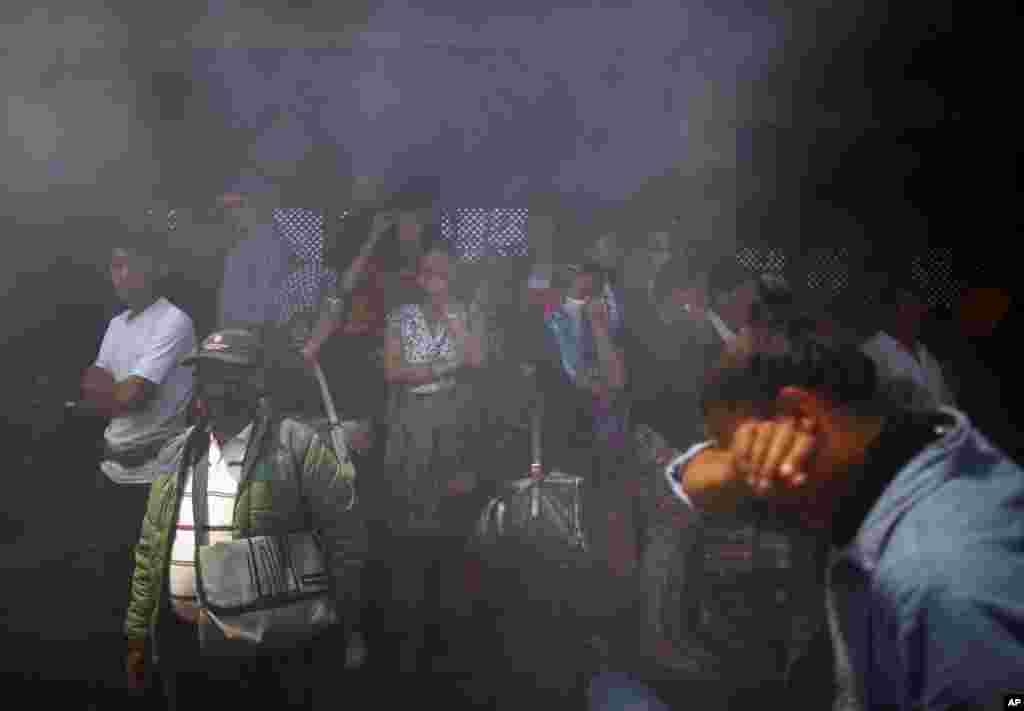 Asap membubung dari proses pengkremasian para pendaki yang tewas dalam salju longsor di Gunung Everest dalam upacara di Katmandu, Nepal (21/4). (AP/Niranjan Shrestha)