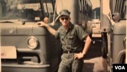 """Ông Gary Wittig bên chiếc xe của mình ở Đà Nẵng. Bà Chút nói """"ông thường mang xe đến cho bà rửa"""" thậm chí khi xe vẫn sạch."""