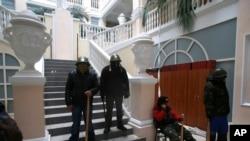 1月27日,抗议者守卫在乌克兰司法部内。