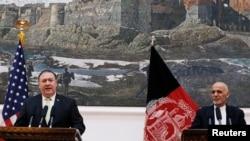 AQSh Davlat kotibi Mayk Pompeo (chapda) Afg'oniston Prezidenti Ashraf G'ani bilan, Kobul, 9-iyul, 2018-yil.
