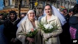 Dve žene na protestu u Parizu početkom godine na kojem je tražena legalizacija homoseksualnih brakova