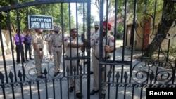 Polisi India melakukan pengamanan gedung pengadilan di Pathankot, negara bagian Punjab, sebelum vonis atas kasus perkosaan dan pembunuhan anak berusia 8 tahun, Senin (10/6).