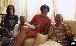 میشل اوباما ایالات متحده همراه با دو دخترش حین دیدار با نلسن ماندیلا