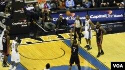 Chris Bosh convierte los tiros libres al final del partido para poner la paridad y luego llegaria el desnivel a favor del Heat.