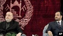محهمهد عومهری فهرمانداری کوندوز لهگهڵ حامید کارزای سهرۆکی ئهفغانسـتان له بۆنهیهکدا، ( ئهرشیفی وێنه 12 ی چواری 2010)