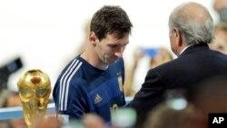 Messi e Josepf Blatter (de costas) na entrega dos prémios no final do jogo laemanha x Argentina