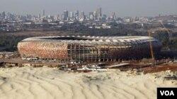 Pada foto yang diambil pada tanggal 13 Juni 2009 ini, tampak Stadion Soccer City masih dibangun di Johannesburg. Sekarang, stadio ini telah selesai dibangun.