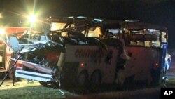 El autobús se salió de una carretera y chocó contra un puente quedando prácticamente destrozada.