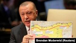 """Президент Туреччини Реджеп Таїп Ердоган під час виступу в ООН тримає мапу з позначеною """"безпечною зоною"""", яку його країна планує створити на півночі Сирії. 24 вересня 2019 р."""