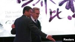 """在北京舉行的合作儀式發佈會上,阿里巴巴創始人馬雲和荷里活電影大師史匹堡一起亮相。馬雲稱西方""""更擅長講故事""""。(2016年10月9日)他曾表示過要通過提高""""講故事的能力""""來改變世界對中國的看法。"""
