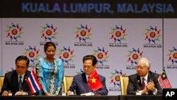 Thủ tướng Thái Lan, Thủ tướng Việt Nam và Thủ tướng Malaysia ký vào thỏa thuận lịch sử ở Kuala Lumpur hôm 22/11.