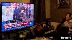 싱가포르 미-북 정상회담이 열린 지난해 6월 미국 뉴욕 주민들이 관련 TV 뉴스를 보고 있다.