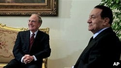US Mideast envoy George Mitchell, left, during his meeting with Egyptian President Hosni Mubarak, in Cairo, Egypt, 15 Dec 2010