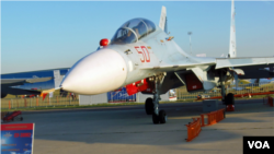 俄罗斯分别向中国和越南海军出售了可攻击水面和陆地目标的苏-30MK2战机。苏-30MK2的升级版是苏-30M2战机,专门装备俄罗斯军队,首次在不久前的莫斯科航展上亮相 (美国之音白桦)