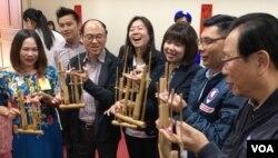 部分立委和新住民一起學習印尼樂器(齊勇明拍攝)