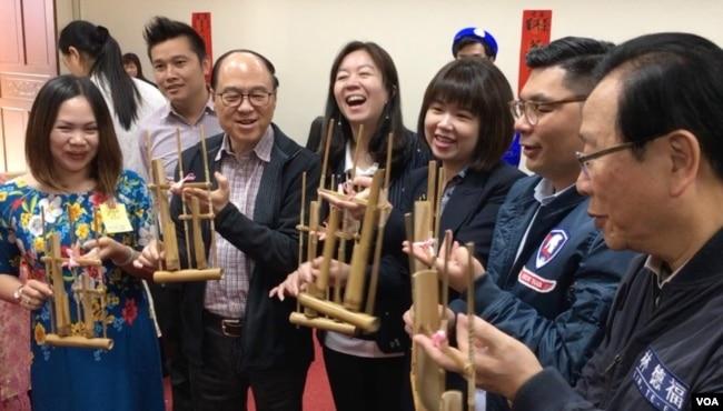 部分立委和新住民一起学习印尼乐器 (齐勇明拍摄)