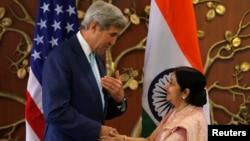 លោក John Kerry ចាប់ដៃជាមួយលោកស្រី Sushma Swaraj រដ្ឋមន្ត្រីការបរទេសឥណ្ឌា មុនពេលចាប់ផ្តើមការប្រជុំមួយនៅក្នុងក្រុងញូវដេលី កាលពីថ្ងៃ៣០ ខែសីហានេះ។