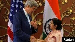 Menlu AS John Kerry (kiri) berjabat tangan dengan Menlu India Sushma Swaraj sebelum pertemuan di New Delhi, India hari Selasa (30/8).