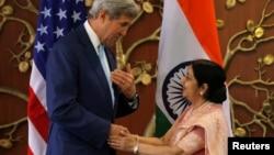 Ngoại trưởng Mỹ John Kerry bắt tay Bộ trưởng Ngoại vụ Ấn Độ Sushma Swaraj trước khi bắt đầu cuộc họp tại New Delhi, Ấn Độ, ngày 30/8/2016.