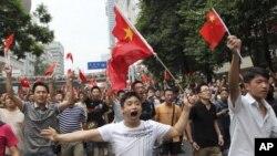 동중국해상의 섬 댜오위다오(일본명 센카쿠 열도)를 둘러싼 중국과 일본의 영유권 분쟁이 격화되는 가운데 쓰촨성 청두에서 반일 시위를 벌이는 중국 청년들(자료사진)