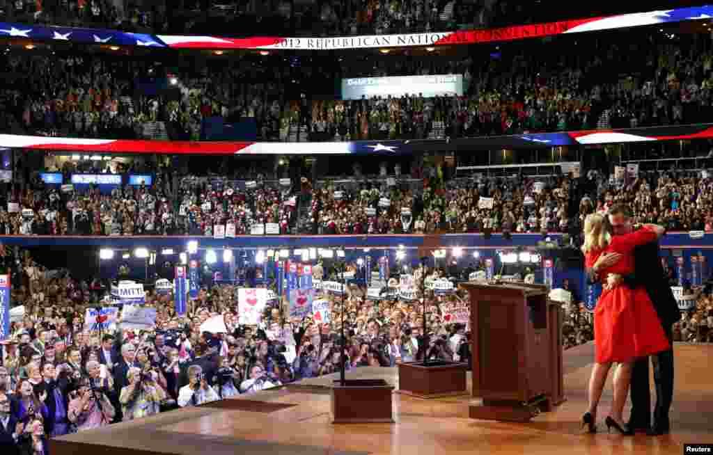 Ann Romney étreignant son mari après son discours aux délégués