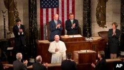 프란치스코 로마 가톨릭 교황이 24일 미국 의회 상하원 합동회의에서 가진 연설에 앞서 박수를 받고 있다.