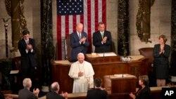 ပုပ္ရဟန္းမင္းႀကီး Francis ဟာ အေမရိကန္ျပည္ေထာင္စု လႊတ္ေတာ္ အေဆာက္အဦးမွာ ပထမဦးဆံုး မိန္႔ခြန္းေျပာဆိုတဲ့ ပုပ္ရဟန္းမင္းႀကီးျဖစ္ပါတယ္။