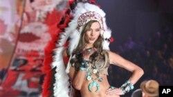 Model Karlie Kloss memakai hiasan kepala Indian pada peragaan busana Victoria's Secret 2012 di New York. (AP/Starpix, Amanda Schwab)