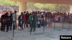 Miles de inmigrantes, principalmente haitianos, han copado en pocos días las inmediaciones del Puente Internacional de Del Río, Texas. Fto del 16 de septiembre de 2021, Reuters.