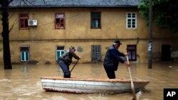 Žitelji poplavljenog Obrenovca (snimak od 16. maja 2014.)