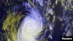 Siklon Ian tampak dari satelit NOAA, 12 Januari 2014.