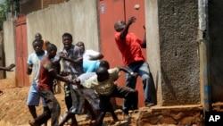 Des manifestants lapident la police dans le quartier de Nyakabyga, Bujumbura, Burundi, jeudi 21 mai 2015.