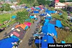 Gambar dari udara lokasi pengungsian korban gempa di Mamuju, Senin, 18 Januari 2021. (Foto: Adek Berry/AFP)