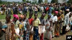 Warga Republik Afrika Tengah yang mengungsi antri untuk mendapatkan bantuan makanan dari Badan Pangan Dunia di ibukota Bangui (13/12).
