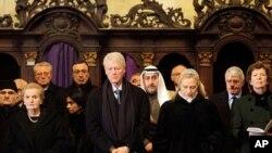 အေမရိကန္ႏိုင္ငံျခားေရး၀န္ႀကီးေဟာင္း Madeleine Albright (၀ဲ)၊ အေမရိကန္သမၼတေဟာင္း Bill Clinton (လယ္) နဲ႔ အေမရိကန္ႏိုင္ငံျခားေရး၀န္ႀကီး Hillary Clinton (ယာ) တို႔ ခ်က္သမၼတေဟာင္း မစၥတာဟာဗဲလ္အတြက္ စ်ာပနအခမ္းအနား တက္ေရာက္ေနစဥ္။ (ဒီဇင္ဘာလ ၂၃၊ ၂၀၁၁)