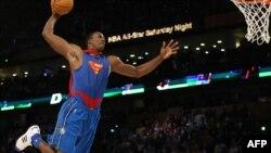 Dwight Howard dunke lors de la NBA All-Star, USA, le 16 février 2008. (Photo Timothy A. CLARY / AFP)