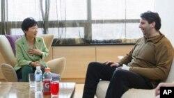 Tổng thống Hàn Quốc Park Geun-hye trò chuyện với Đại sứ Mỹ Mark Lippert tại Bệnh viện Severance ở Seoul, Hàn Quốc, ngày 9/3/2015.