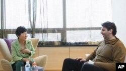 នៅក្នុងរូបថតដែលបញ្ចេញដោយការិយាល័យប្រធានាធិបតីកូរ៉េខាងត្បូង៖ លោកស្រីប្រធានាធិបតីកូរ៉េខាងត្បូង Park Geun-hye ឆ្វេង និយាយជាមួយលោកឯកអគ្គរដ្ឋទូតអាមេរិកប្រចាំប្រទេសកូរ៉េ Mark Lippert នៅឯមន្ទីរពេទ្យ ដែលលោកសម្រាកព្យាបាលនៅក្នុងទីក្រុងសេអ៊ូល ប្រទេសកូរ៉េខាងត្បូង កាលពីថ្ងៃទី៩ ខែមីនា ឆ្នាំ២០១៥។