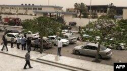 2일 자폭테러가 발생한 리비아 트리폴리의 선관위 건물 주변에 사람들이 모여있다.