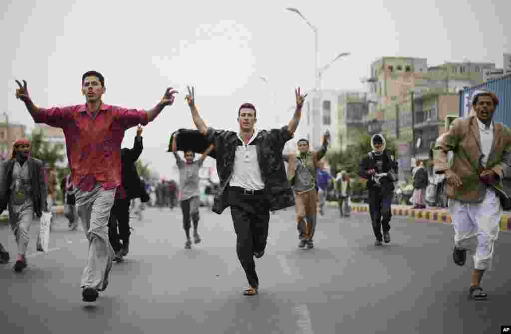 Protesters run during a demonstration demanding the prosecution of Yemen's President Ali Abdullah Saleh in Sanaa, Yemen, November 24, 2011. (AP)