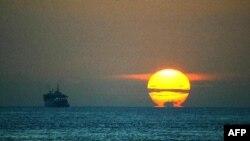 Mặt trời mọc tại Eo biển Malacca, một trong những tuyến đường biển quan trọng nhất của thế giới