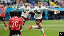 هرناندیس، مهاجم تیم مکسیکو که دومین گول تیمش را در برابر کوریای جنوبی به ثمر رساند.